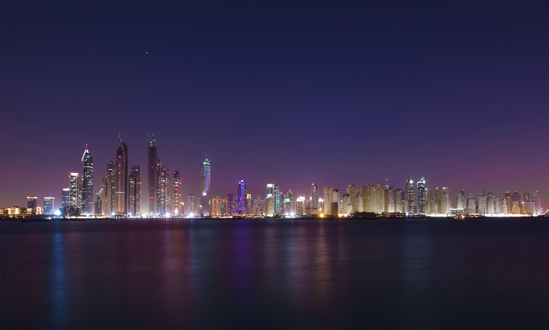 إذا أردت أن تجرب السباحة الليلية بالبحر، عليك التوجه لشاطئ دبي الذكي