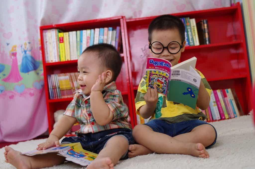 قراءة القصص والكتب للأطفال الصغار تُعزز مهاراتهم اللغوية والتعليمية طيلة سنوات حياتهم