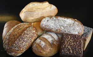 أيهما أفضل.. خبز القمح الكامل أم الخبز الأبيض؟ أمعاؤك تجيب