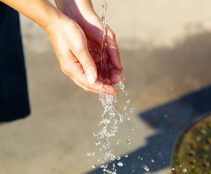 لا داعي لاستخدام الماء الحار أو الصابون المضاد للبكتيريا عند تنظيف اليدين
