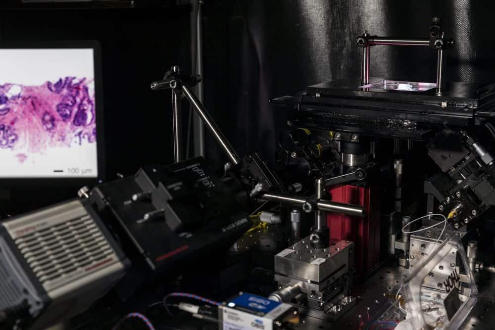 مجهر حديث يستخدم الضوء لقطع عينات من النسج والكشف عن السرطان فيها