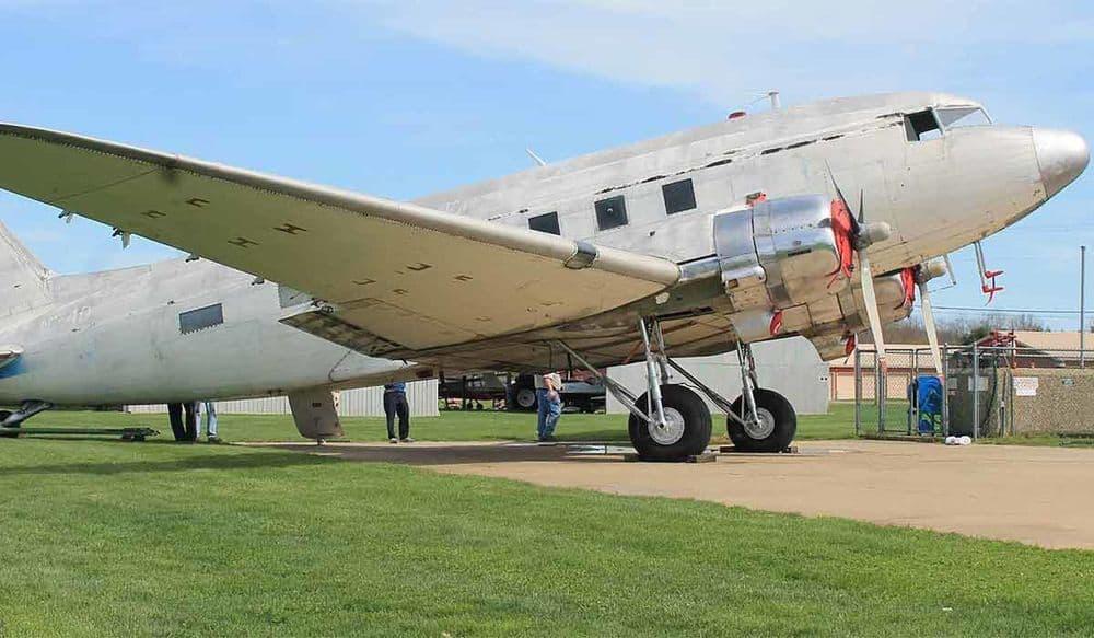 بالصور: ترميم طائرة عسكرية تعود إلى خمسينيات القرن الماضي
