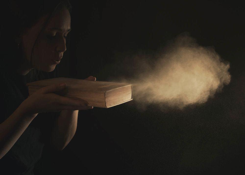 مواد كيميائية كامنة في الغبار المنزلي قد تحفّز الخلايا على تخزين الدهون