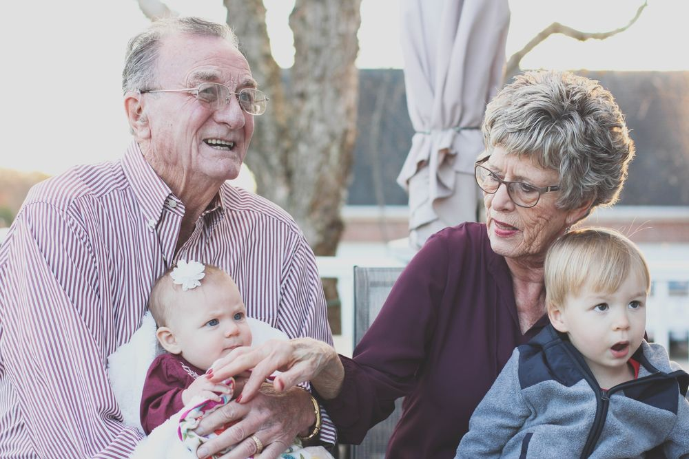لديك الكثير لتعلمه لأحفادك، وهو ما قد يفسر سنّ اليأس