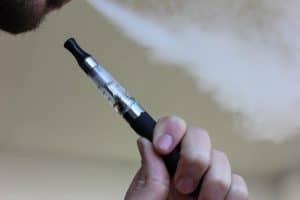 هل السجائر الإلكترونية وسيلة آمنة للإقلاع عن التدخين؟