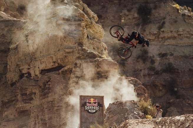 رياضة ركوب الدراجات والقفز من فوق المنحدرات الصخرية