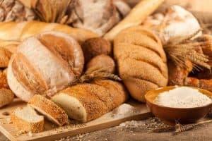 هل يمكنك البقاء على قيد الحياة بتناول الخبز والماء فقط؟