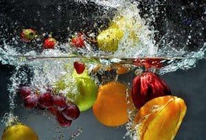 كيفية التخلص من المبيدات التي تغطي الخضروات والفاكهة