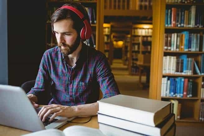 هل يساعد سماع الموسيقى على التركيز أثناء العمل؟