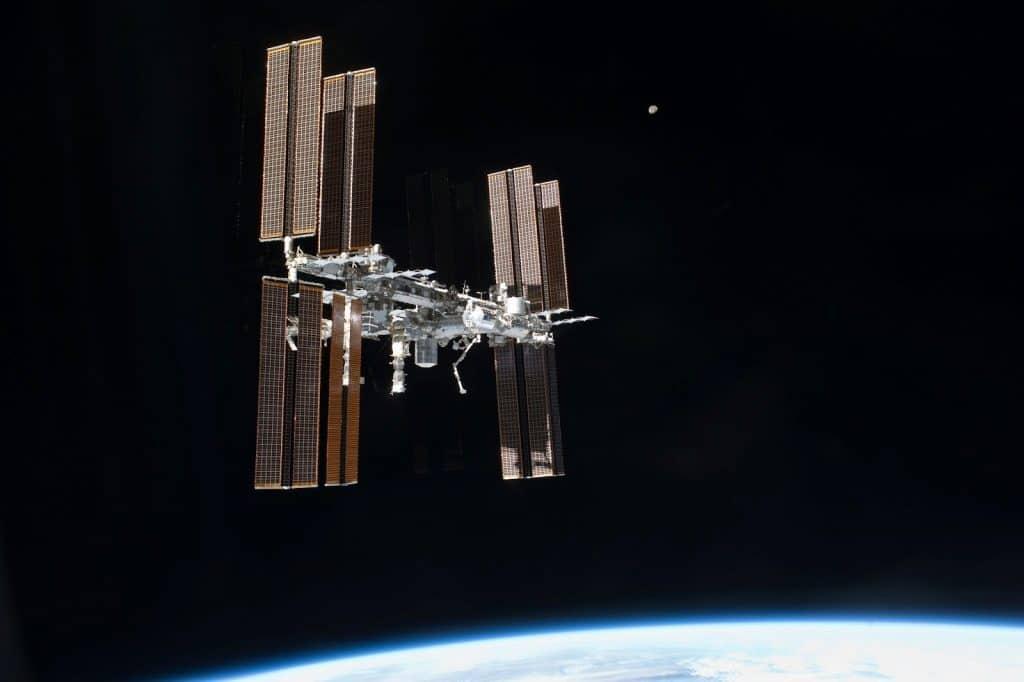 علماء يحاولون تحديد البكتيريا التي استوطنت محطة الفضاء الدولية