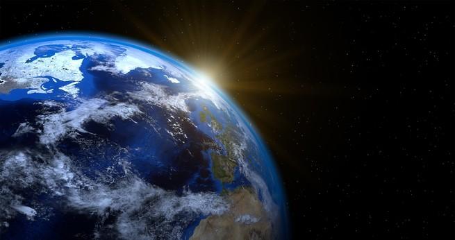 الأرض أقرب إلى الشمس في يناير مما تكون عليه في يوليو، فلم لا تكون درجات الحرارة مرتفعة الآن؟