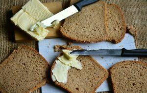 هل تعدّ الزبدة من الكربوهيدرات؟