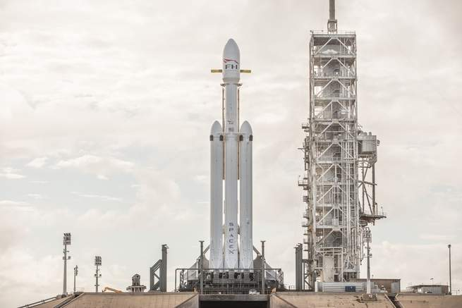 شاهد الصاروخ العملاق صاروخ فالكون هيفي من سبيس إكس وهو يتجاوز مرحلة اختبارية باستعراض ناري