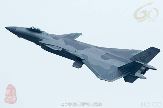 طائرة الشبح النفاثة المقاتلة J-20 دخلت الخدمة رسمياً في الصين