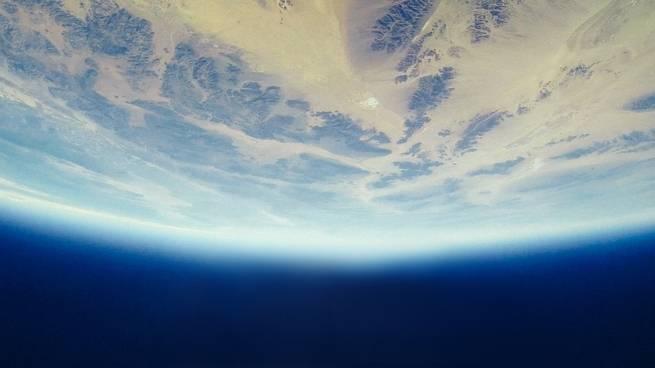 إن كانت الأرض تدور حول نفسها، فلماذا لا أشعر بذلك؟