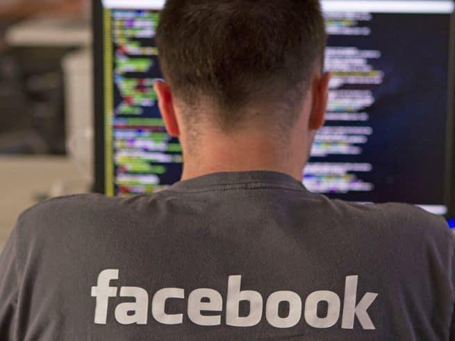 كيف أكتشف ما يعرفه فيسبوك عني