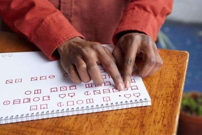 شركة تقنية تريد استبدال طريقة برايل للكتابة والقراءة بخط جديد مثير للجدل
