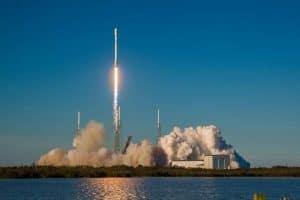 من سيأخذنا إلى القمر أولاً: صواريخ ناسا أم سبيس إكس؟
