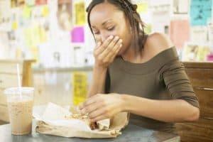 يمكن للمطاعم أن توفر الكثير من التكاليف بالسماح لعامليها المرضى بالبقاء في منازلهم