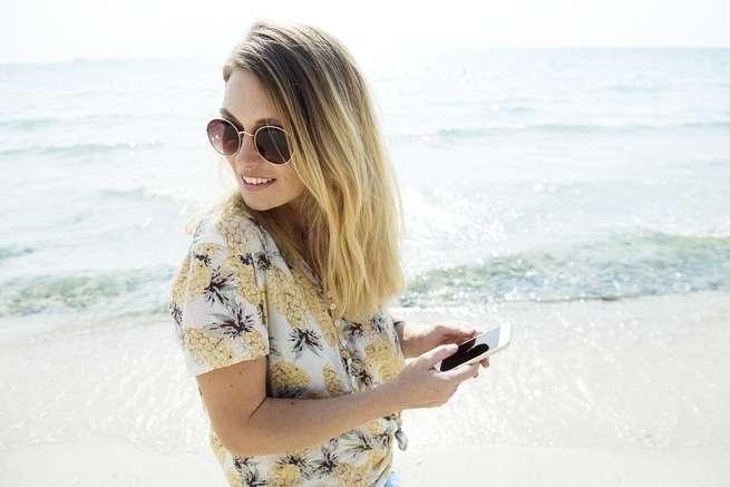 حيلة صغيرة تمكنك من رؤية شاشة هاتفك وأنت ترتدي نظارتك الشمسية