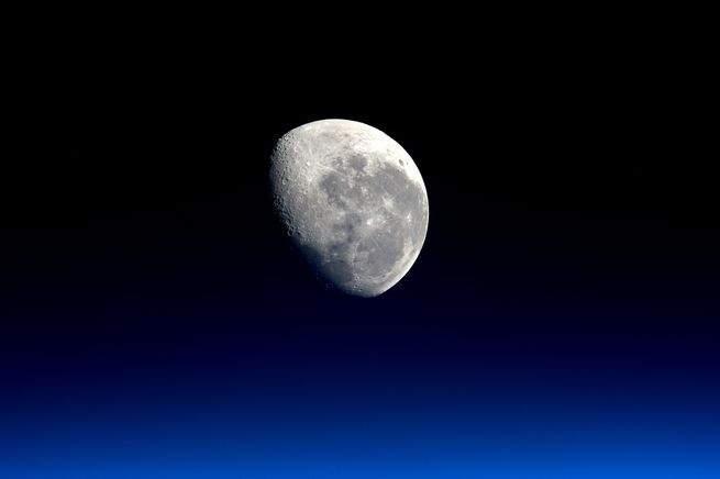 ناسا تعلن: قارورة من الماء لكل متر مكعب على القمر