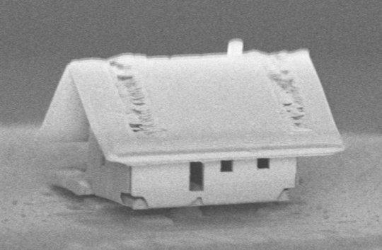 تجميع روبوتي لأصغر بيت في العالم، لا يمكن حتى للسوسة أن تمر من بابه