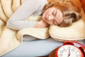قد يكون النوم في عطلة نهاية الأسبوع مفيداً لك، ولكنه لن يحلّ جميع مشاكلك