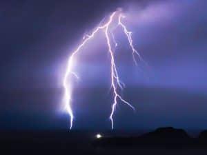 كيف نعرف المسافة التي تفصلنا عن الموقع الذي رأينا البرق يضرب فيه؟