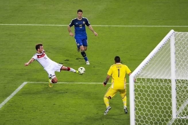 المبادئ الفيزيائية المعقدة وراء جعل مسار الكرة مقوساً مثلما يفعل لاعب في كأس العالم