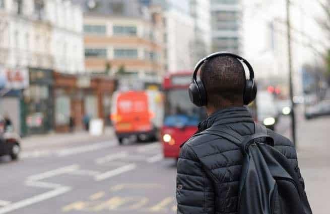 من السهل على السماعات أن تفقدك سمعك