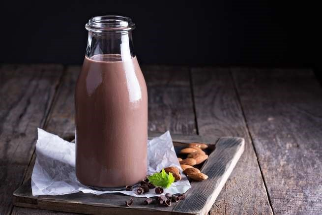 تناول حليب الشوكولا مفيد بعد التمرين، لكنه قد لا يكون الأفضل