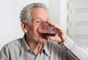 هل يوجد ارتباط بين تعاطي الكحول والخرَف؟ الأمر معقَّد