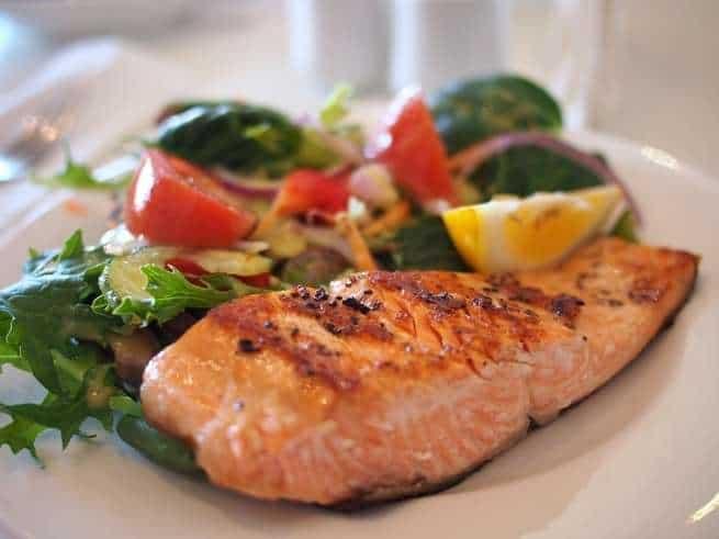 خمسة أنواع من الأغذية تحسّن صحة قلبك، ونوعان يجب تجنبهما تماماً