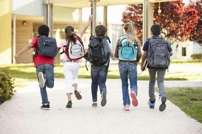 عودة المدارس تعني عودة الحقائب الثقيلة على ظهر طفلك، فما العمل؟
