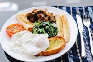 هل يجب عليك تناول وجبة الإفطار أم من الممكن تركها؟