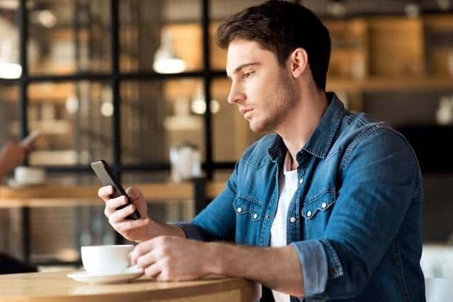 إذا كنت مدمناً هاتفك لدرجة تمنعك من تركه فوراً، فإليك ما يجب فعله