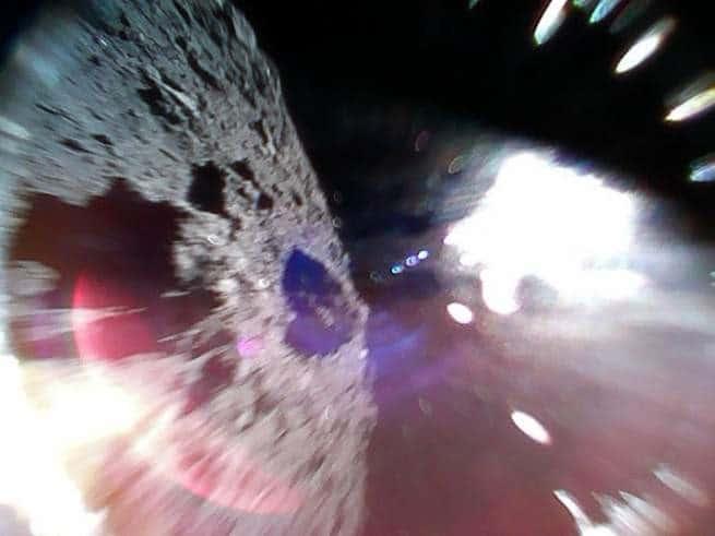 ميجابيكسلز: عربة جوالة تلتقط صورة أثناء قفزها على سطح كويكب