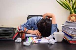 تعلَّم كيف تتجنب إجهاد العمل قبل أن يقضي عليك