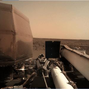 مسبار إنسايت السطحي من ناسا ولعبة توزيع الأغراض على سطح المريخ