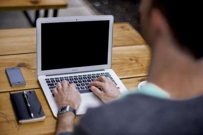 تمتلك الشركات كثيراً من معلوماتك الشخصية، فكيف يمكنك تنزيلها وحذفها على الإنترنت؟