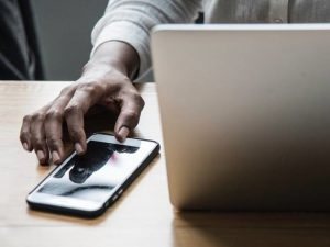كيف تجعل هاتفك وجهازك الحاسوبي يعملان معاً لتنجز المزيد من المهام؟