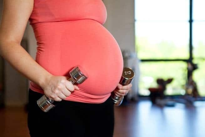 هل رفع الأوزان أثناء الحمل يعدّ آمناً؟