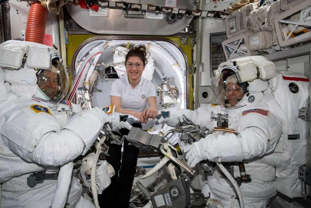 السبب وراء إلغاء أول مهمة نسائية بالكامل للسير في الفضاء