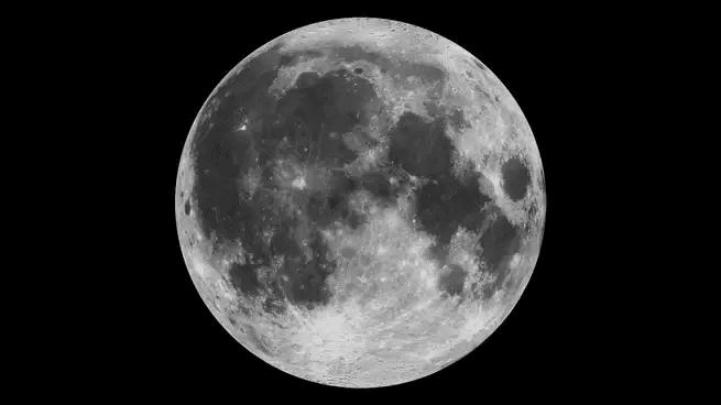 ناسا تعلن: قارورة من الماء لكل متر مكعب على القمر!