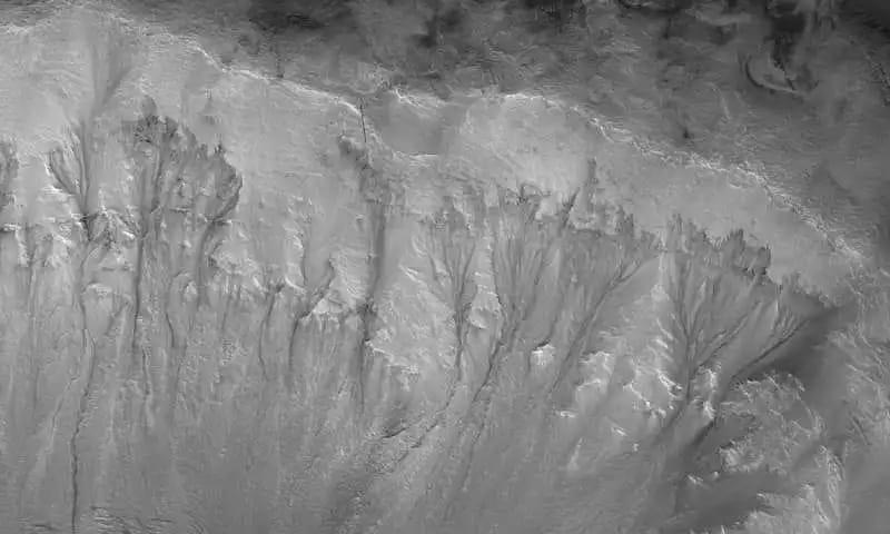 باحثان مصريان يكشفان عن وجود مياه جوفية نشطة على كوكب المريخ