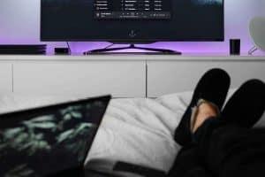 النوم أمام التلفاز قد يضر صحتك