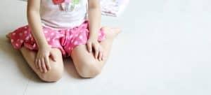 ما هي أضرار الجلوس في وضعية W على الأطفال؟