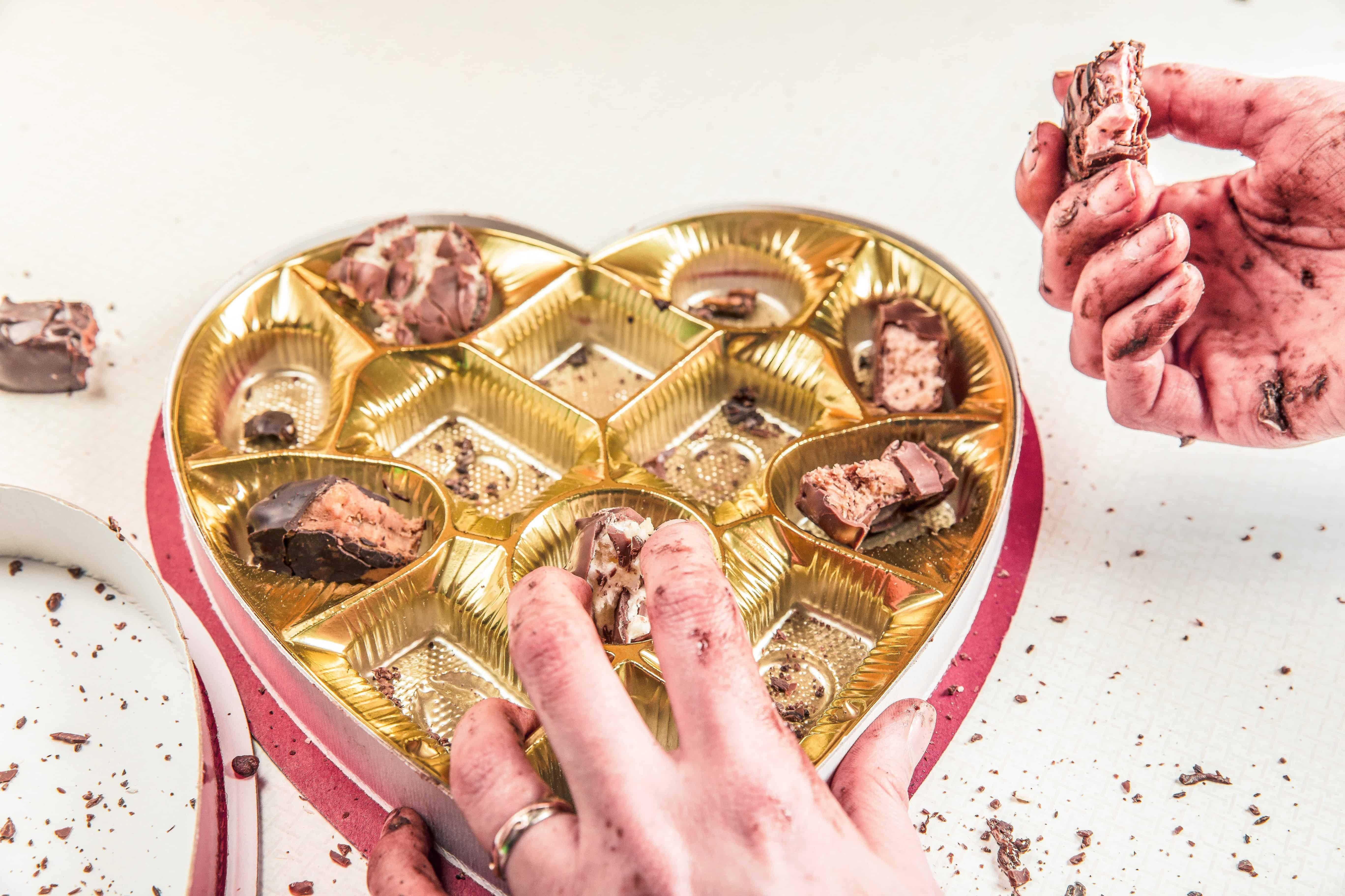 ما هو الأكل العاطفي وما دوافعه وطرق السيطرة عليه؟