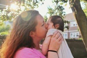 7 أمراض قد تصيب الأطفال عند تقبيلهم من أفواههم