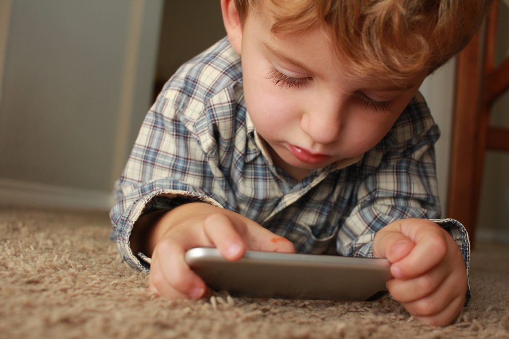 وقت الشاشة ومدة النوم تتنبأ بزيادة الوزن عند الأطفال